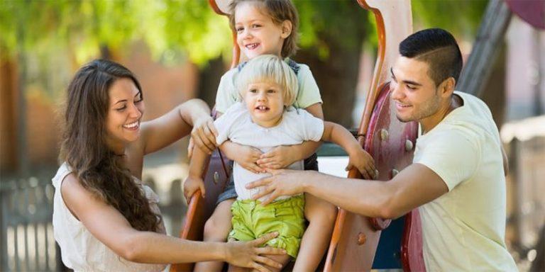 «Людям без детей нельзя находиться на детских площадках». Факты о жизни в США, которые вам не покажут в кино: особенно неприятно — про русских в Америке