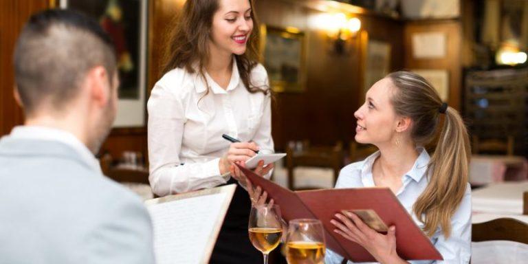 «Не идите в общепит, если не хотите угробить свою жизнь»: девушка рассказала всю правду о работе официанткой — и ее за это уволили